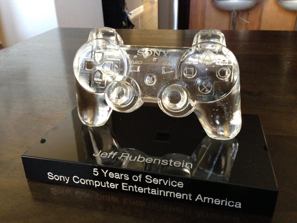 PlayStation Blog Manager erhält gläsernen DualShock 3 Controller zum Abschied